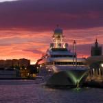 Yacht bling bling sur soleil couchant
